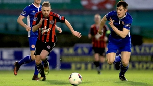 Keith Ward are Lee Desmond challenge for the ball in Dalymount