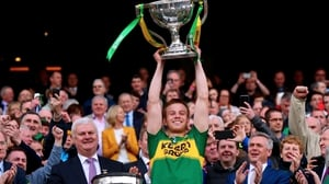 Fitzgerald lifts the Irish National Insurance Cup (League trophy) after Kerry beat Dublin in 2017