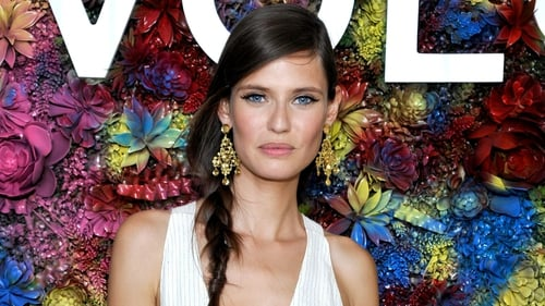 Model Bianca Balti joined the crowd of Coachella-attending celebs last weekend and reminded us that this lady is as stylish as the next. Check out her beautiful festival look.