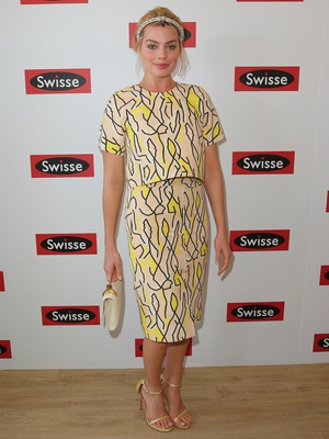 Margot looks lovely in this graphic Ellery ensemble at the Flemington Racecourse in 2014. Check out her hair accessory!