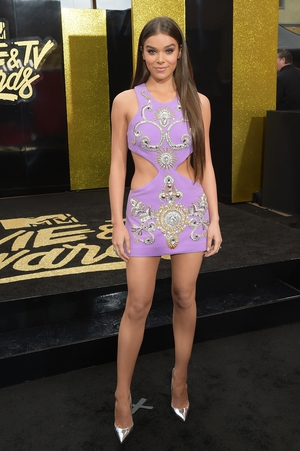 Pitch Perfect 3 actress Hailee Steinfeld wore a lilac mini with on trend cut-outs.