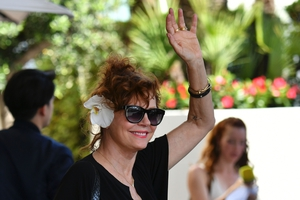 Day One - Wednesday May 17: The iconic actress and L'Oreal muse Susan Sarandon arrived at La Croisette! Flowers in her hair and loose hairstyle: we already knew she was the coolest!