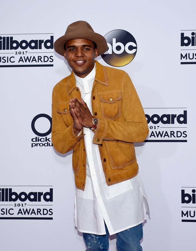 Actor Christopher Jordan Wallace looked very stylish in a long white shirt and hat at the billboard awards.