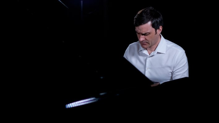 Pianist Ivan Ilic joins Carl for a Blue Room Session