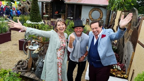 Aine Lawlor and Marty Morrissey with 2017's Super Garden winner, Des kingston