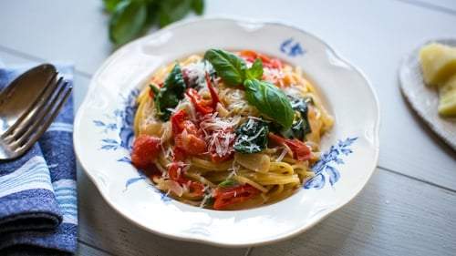 In his brand new series, Donal Skehan's Meals in Minutes, Irish chef Donal shows us how to make some one pot wonders including this one pan pasta with cherry tomatoes, spinach, garlic and cloves.