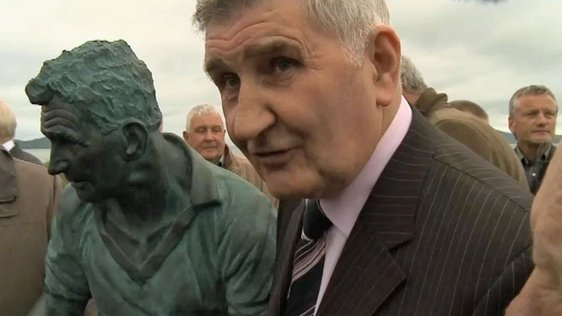 Mick O'Dwyer with Statue in Waterville (2012)