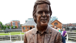 Statue of Terry Wogan unveiled in native Limerick | RTÉ News