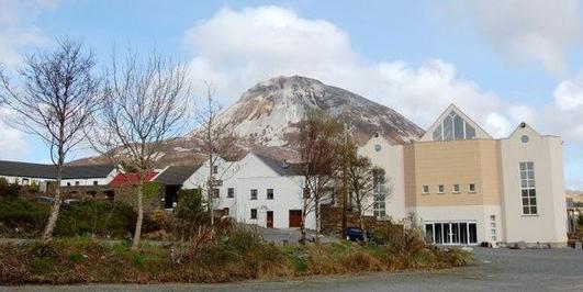 Séamus Bán Ó Gallchóir, Bainisteoir Ionad Cois Locha, Dún Lúiche agus Connie Ó Gallchóir, ó Fheirm Peataí an Eargail.