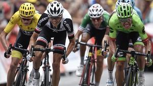 Rigoberto Uran (R) holds on to win Stage 9