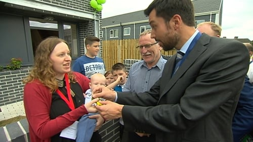 Minister Eoghan Murphy handing Helen Cheevers the keys to her new home
