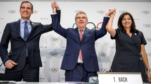 (L-R) Los Angeles' Mayor Eric Garcetti, International Olympic Committee (IOC)'s President German Thomas Bach and Mayor of Paris Anne Hidalgo