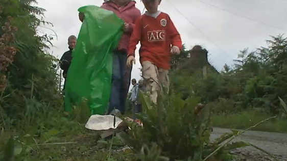 Children picking up litter on Bere Island (2007)