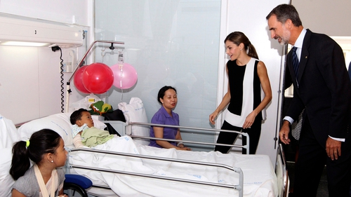 Spain's King Felipe and Queen Letizia in hospital with the Potot family today