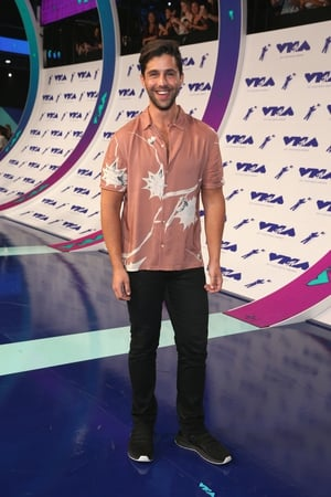 Josh went for a print shirt with black jeans and shoes. #simples