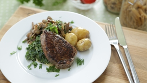 Fillet steak, mushroom & creamy spinach: Op Trans