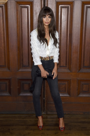 Emily Ratajkowski attends Marc Jacobs SS18 fashon show in a simple jeans and shirt combo.