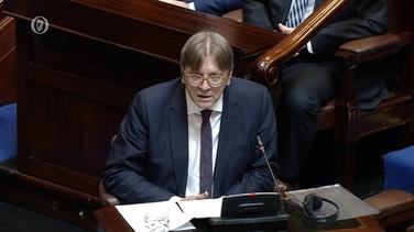 Guy Verhofstadt ag labhairt sa Dáil inniu. Deir grúpa Cois Teorainn Dhún na nGall go bhfuil siad sásta lena ndúirt sé faoi go mbeadh teorainn chrua amaideach