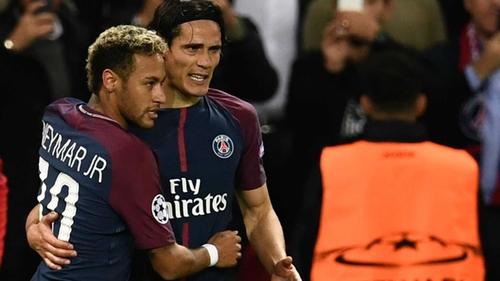 Neymar (L) is congratulated by Paris Saint-Germain's Uruguayan forward Edinson Cavani