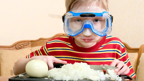 """Wearing goggles may be an extreme way to prevent """"the tears that live in the onion"""". Photo: Shutterstock"""
