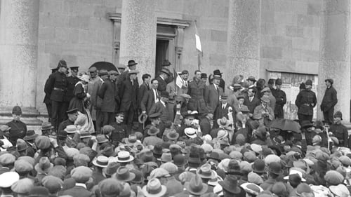 Éamon de Valera addressing a crowd from the front of Ennis Court House, Co. Clare, July 11 1917. Photo: courtesy of the National Library of Ireland