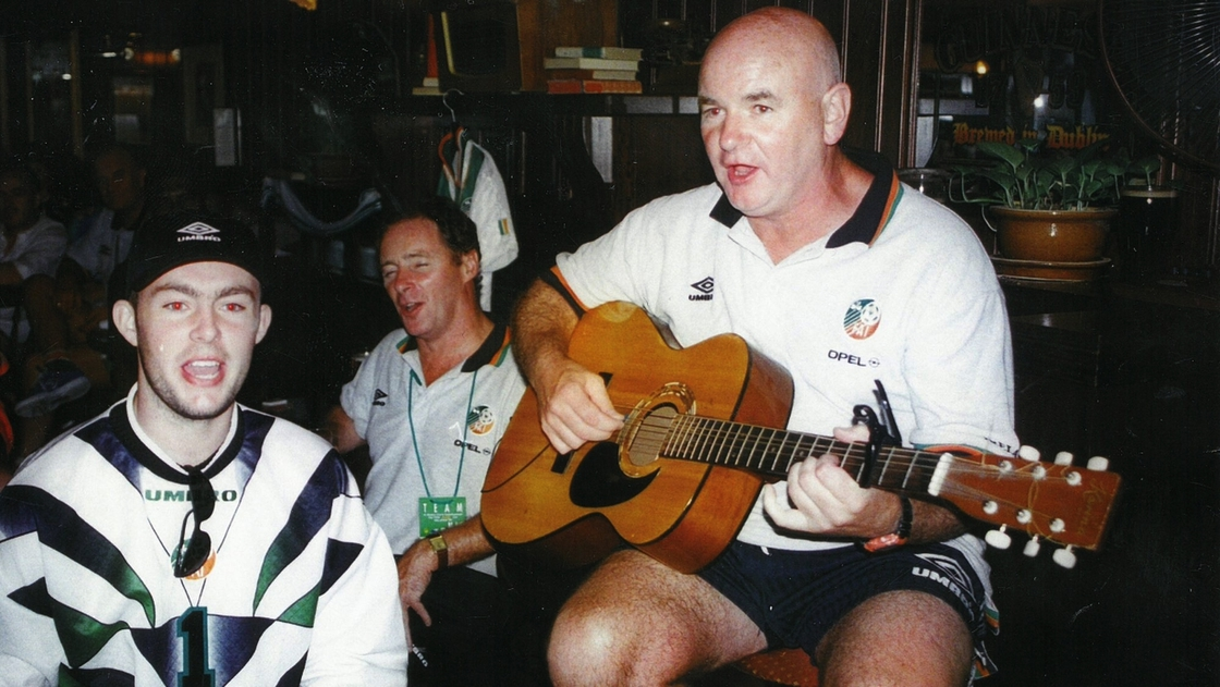 Image - Derek O'Connor (L) enjoys a sing-song with Brian Kerr and Noel O'Reilly, who had the guitar