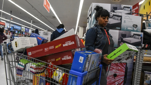 Consumer confidence rises, hits highest level since 2000