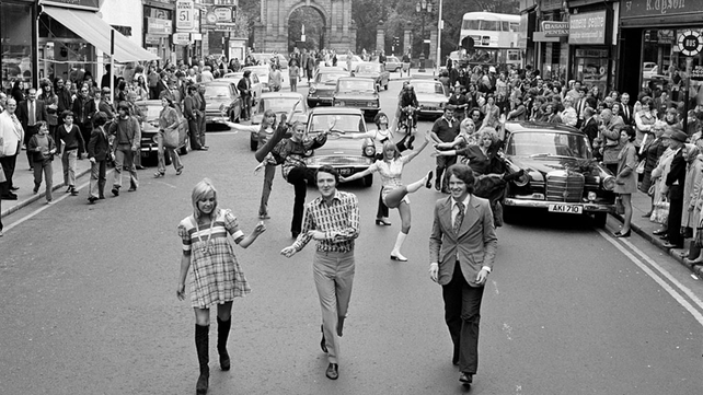 Mike Murphy, Alma Carroll and David Beggs with the June Glazier Dancers on Grafton Street, Dublin (1972)