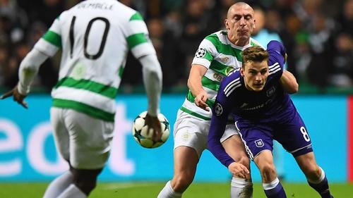 Anderlecht's Belgian midfielder Pieter Gerkens (R) vies with Celtic's Scottish midfielder Scott Brown