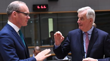 Simon Coveney agus Michel Barnier