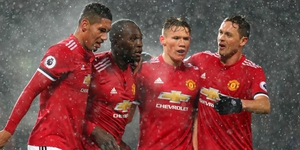 Manchester United celebrate after Lukaku scores