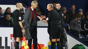 Wenger has words with Dean at the Hawthorns