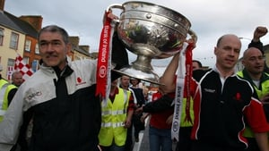 Mickey Harte (L) holds Sam Maguire with Tyrone captain Peter Canavan in 2003