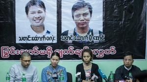 Pan Ei Mon (C-L), wife of Wa Lone, and Nyo Nyo Aye (C-R), sister of Kyaw Soe Oo, speaking at a press briefing on 28 December