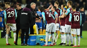 David Moyes speaks to his players ahead of extra-time at the London Stadium