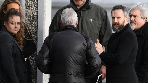 Ball eile den bhanna ceoil The Cranberries, Noel Hogan (an tarna duine ar dheis) ag sochraid Dolores O'Riordan i Luimneach inniu.