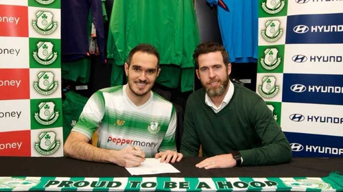 Joey O'Brien (L) signs on the dotted line