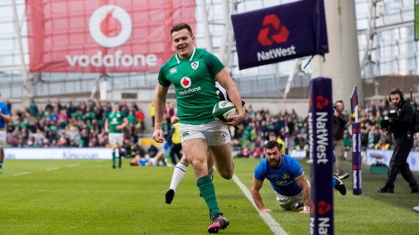 Jacob Stockdale runs in for his try