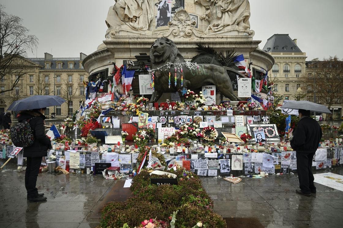 Image - A makeshift memorial for the victims of Paris attacks at the Place de la Republique in Paris