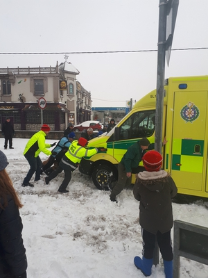 Residents help out an ambulance in Palmerstown, Dublin (Pic:Shauna Kelly)