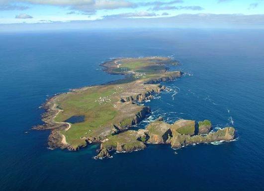 Marjorie Uí Chearúil, Bainisteoir Comharchumann Thoraigh agus Dinny Mc Cullough.