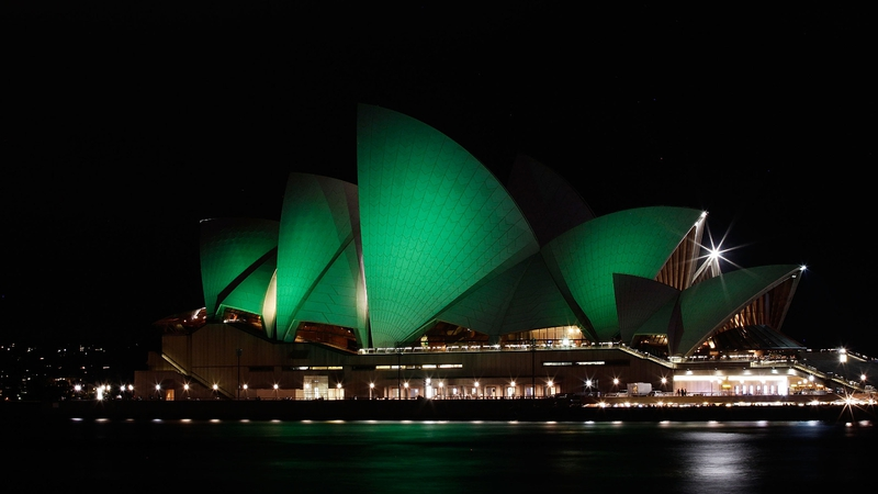 Сиднейский оперный театр освещает зеленый цвет для дня Святого Патрика