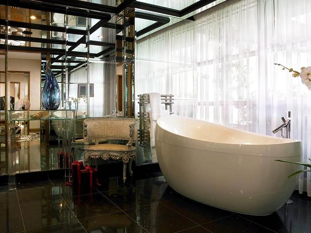 g hotel bathroom linda evangelista suite