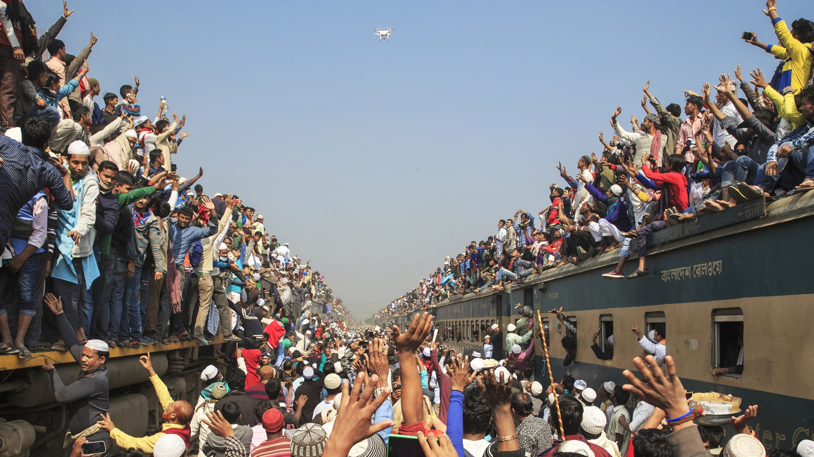 Image - Muslims returning home after the Biswa Ijtema on an overcrowded train.