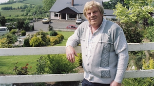 Big Tom photographed in Castleblayney, County Monaghan, during filming of the RTÉ Television series 'Changing Places' on 20 June 1991. Big Tom appeared in the episode entitled 'Country Roads' which focused on country music.