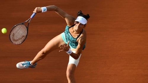 Caroline Wozniacki races into fourth round at French Open