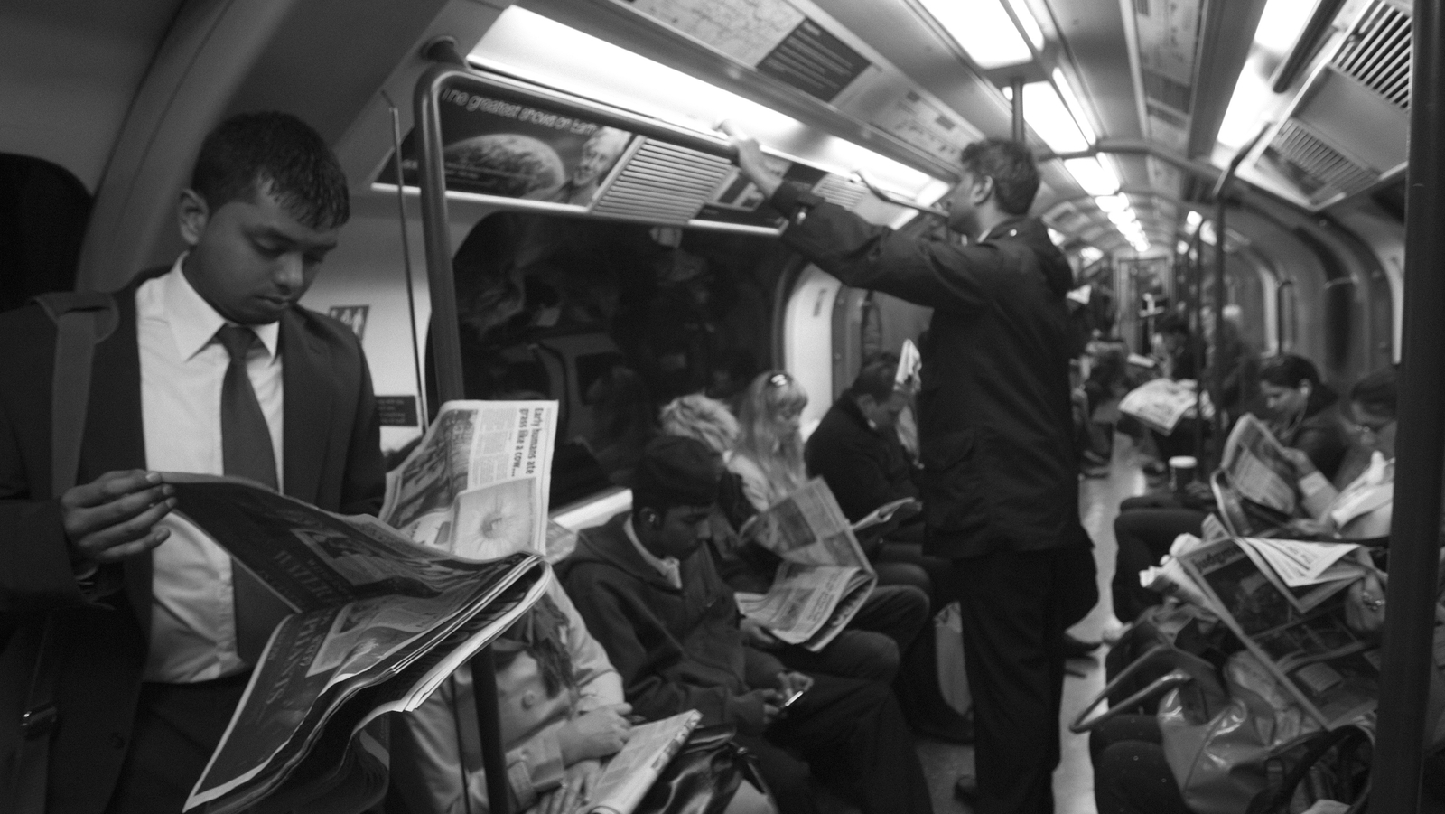 Image - Commuters reading newspapers