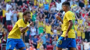 Neymar (L) celebrates with Roberto Firmino