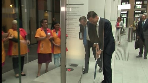 Mark Rutte initially struggled with the mop's length