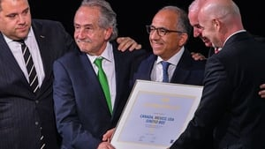 FIFA president Gianni Infantino (R) poses with the United 2026 bid after it was announced it had won the right to host the World Cup